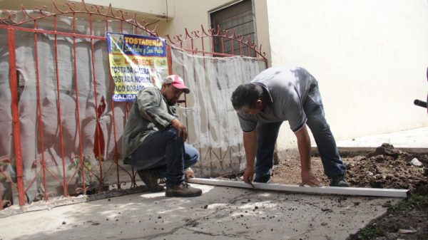 Dan mantenimiento a banquetas y rampas de la ciudad
