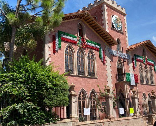 Colocan adornos patrios para conmemorar Fiestas Patrias de septiembre en Jacona