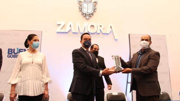 Sector salud región Zamora recibió presea Sixto Verduzco por su batalla contra el coronavirus