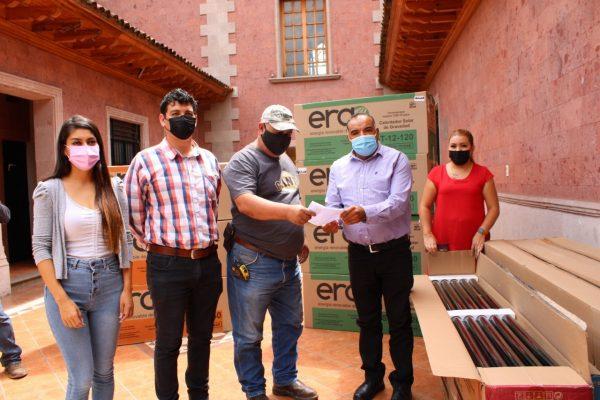 Comprometido con la economía familiar, Isidoro Mosqueda entregó calentadores solares.