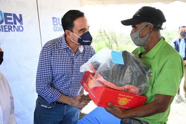 Entrega el presidente Carlos Soto botas a trabajadores del Relleno Sanitario