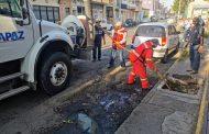 Limpian las redes sanitarias de los mercados El Carmen y Los Dolores